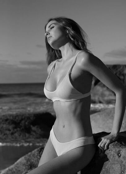 Breast augmentation before and after, model photo 02, gallery page, featured
